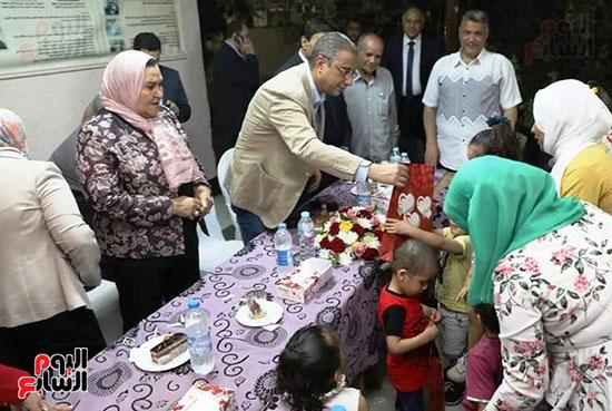 محافظ سوهاج يشارك الأيتام وذوى الاحتياجات الخاصة إفطارهم (1)