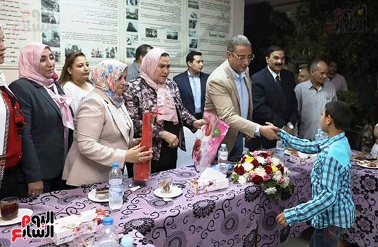 محافظ سوهاج يشارك الأيتام وذوى الاحتياجات الخاصة إفطارهم (4)