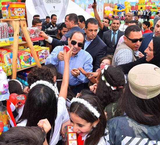 الرئيس عبد الفتاح السيسى واطفال الشهداء (26)