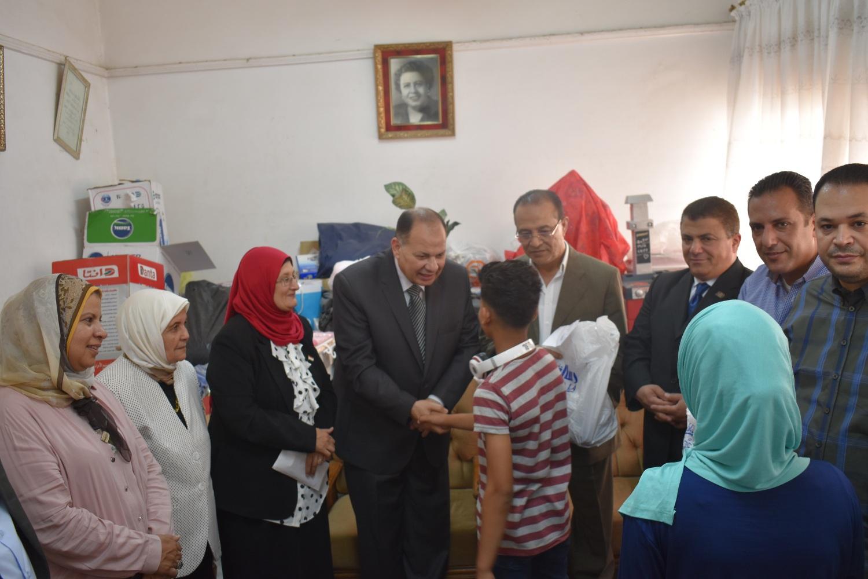 محافظ الفيوم مع أطفال دار عائشة (3)