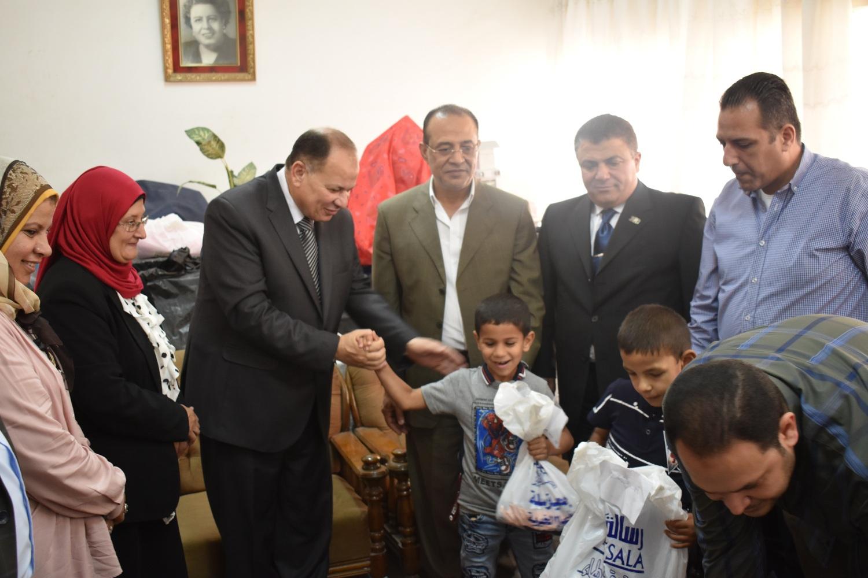 محافظ الفيوم مع أطفال دار عائشة (2)