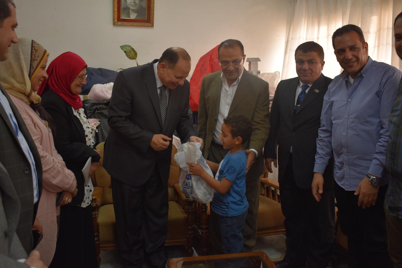 محافظ الفيوم مع أطفال دار عائشة (1)