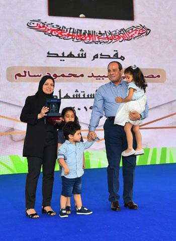 الرئيس عبد الفتاح السيسى واطفال الشهداء (15)