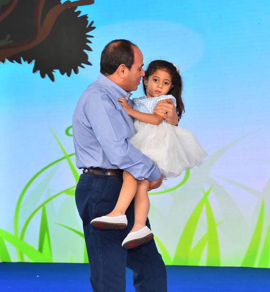 الرئيس عبد الفتاح السيسى واطفال الشهداء (7)