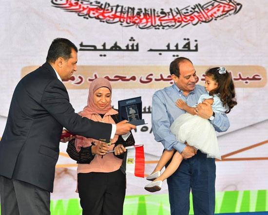 الرئيس عبد الفتاح السيسى واطفال الشهداء (2)