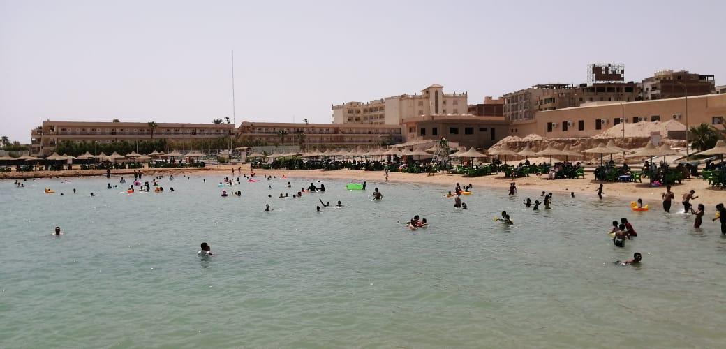 إقبال المواطنين على الشواطئ للاحتفال بعيد الفطر بالغردقة (1)