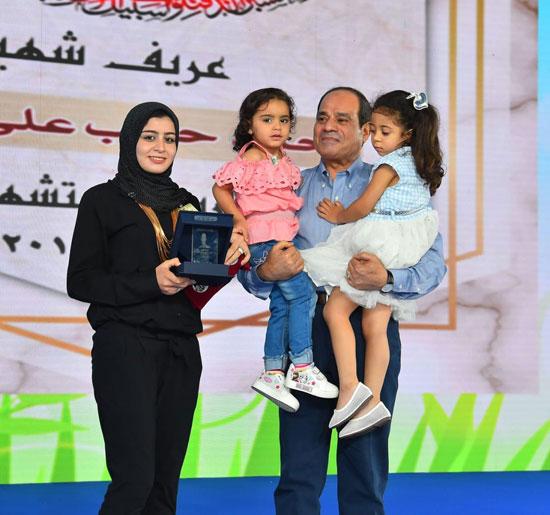 الرئيس عبد الفتاح السيسى واطفال الشهداء (6)