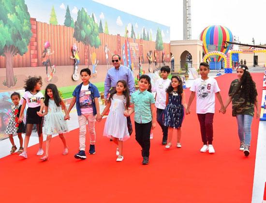 الرئيس عبد الفتاح السيسى واطفال الشهداء (11)