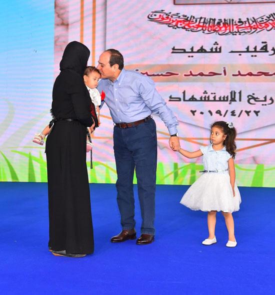 الرئيس عبد الفتاح السيسى واطفال الشهداء (10)