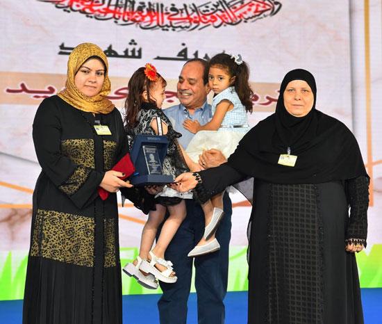 الرئيس عبد الفتاح السيسى واطفال الشهداء (16)