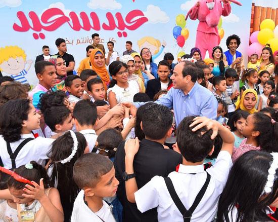 الرئيس عبد الفتاح السيسى واطفال الشهداء (20)