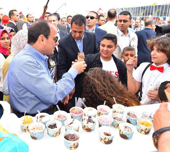 الرئيس عبد الفتاح السيسى واطفال الشهداء (23)