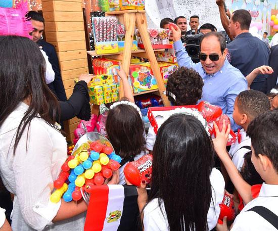 الرئيس عبد الفتاح السيسى واطفال الشهداء (19)