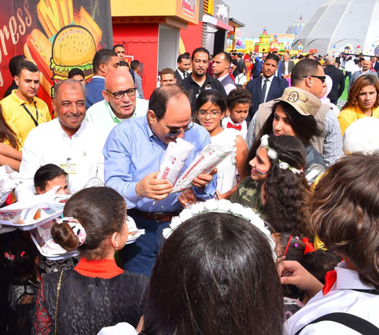الرئيس عبد الفتاح السيسى واطفال الشهداء (29)