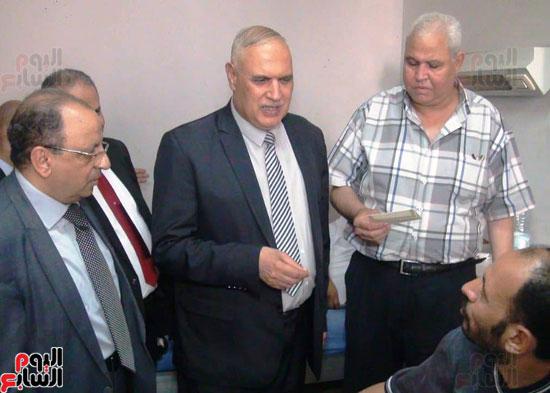 رئيس-النقل-العام-بالقاهرة-يتفقد-مستشفى-الهيئة-(2)