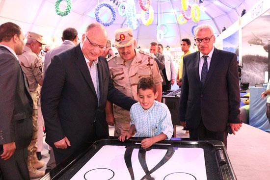 محافظ القاهرة يشارك اسر شهداء الوطن احتفالات عيد الفطر (2)