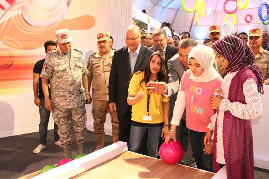 محافظ القاهرة يشارك اسر شهداء الوطن احتفالات عيد الفطر (5)