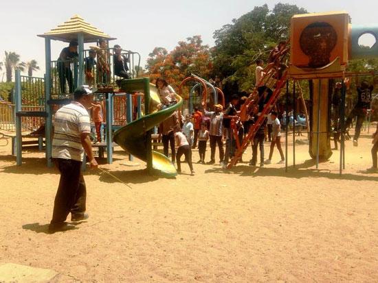 الأطفال يستمتعون بركوب العجل والطفطف فى حديقة الفسطاط (9)