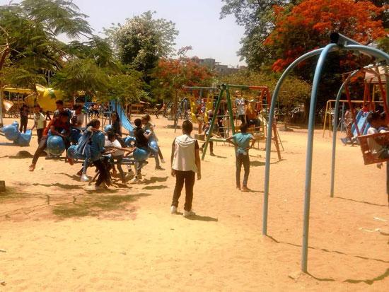 الأطفال يستمتعون بركوب العجل والطفطف فى حديقة الفسطاط (6)
