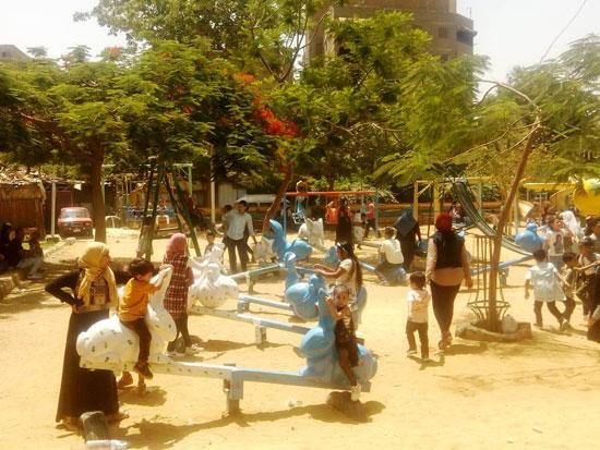 الأطفال يستمتعون بركوب العجل والطفطف فى حديقة الفسطاط (8)