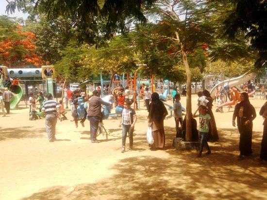 الأطفال يستمتعون بركوب العجل والطفطف فى حديقة الفسطاط (5)