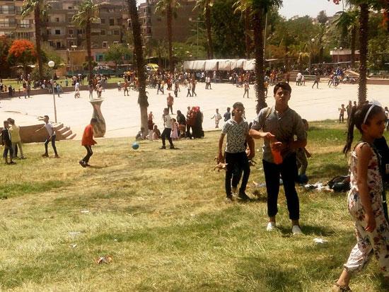 الأطفال يستمتعون بركوب العجل والطفطف فى حديقة الفسطاط (7)