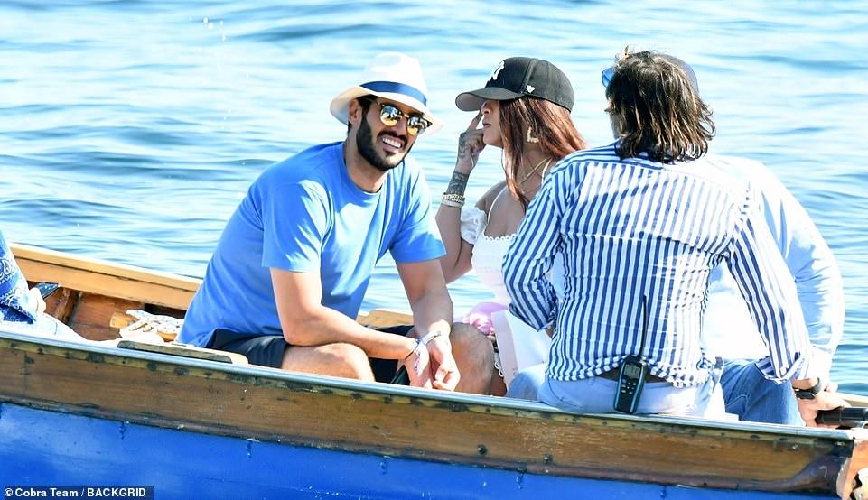 ريهانا برحلة بحرية  (2)