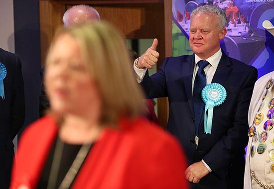 مرشح حزب بريكست مارك جرين يلوح لأنصاره رغم الخسارة