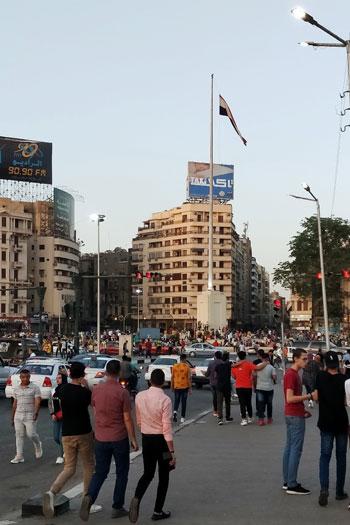المواطنون يحتفلون بالعيد فى ميدان التحرير (2)