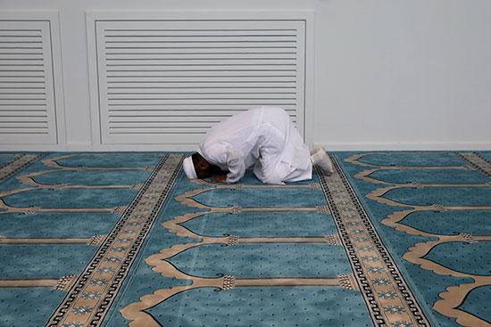 أحد المصلين فى المسجد