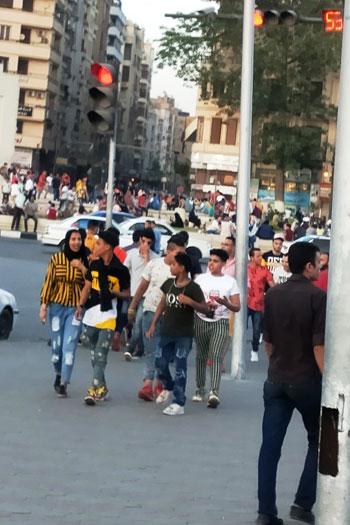 المواطنون يحتفلون بالعيد فى ميدان التحرير (1)