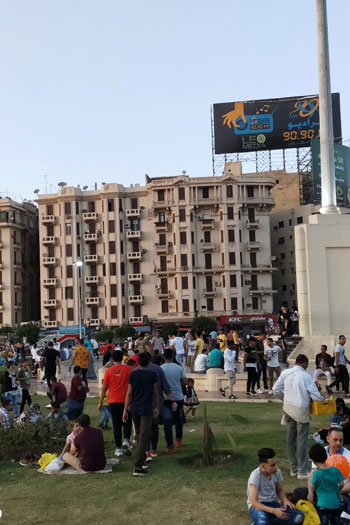 المواطنون يحتفلون بالعيد فى ميدان التحرير (4)