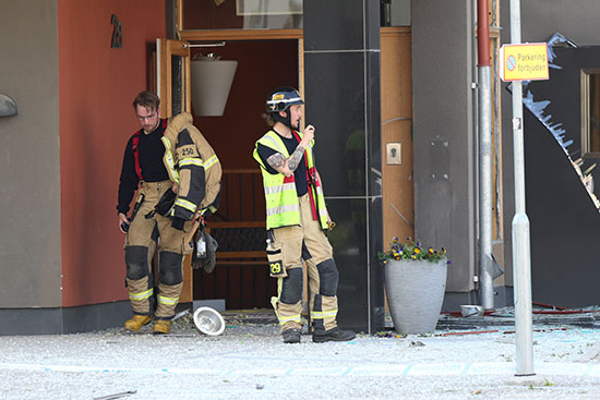 عناصر الاطفاء بموقع الانفجار