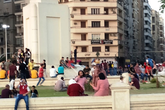 المواطنون يحتفلون بالعيد فى ميدان التحرير (3)
