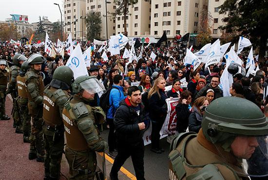 الشرطة تحيط بالمتظاهرين
