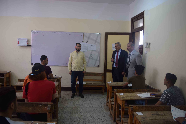 محافظ المنيا يتفقد لجان الثانوية العامة (1)