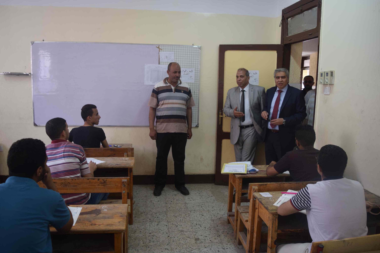 محافظ المنيا يتفقد لجان الثانوية العامة (2)