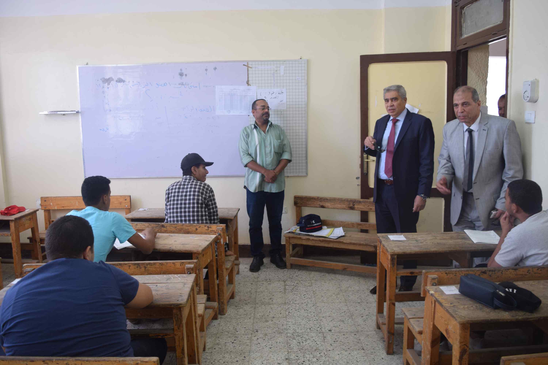 محافظ المنيا يتفقد لجان الثانوية العامة (4)
