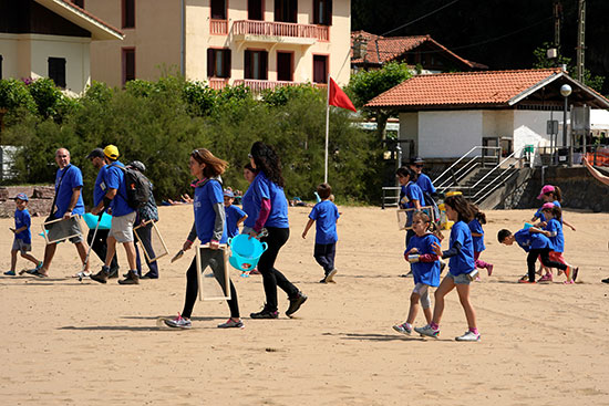 volunteers gathered plastic and other waste products from rocks and beaches