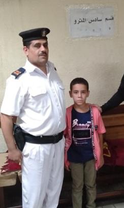 الطفل مع رجل الشرطة