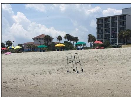 عاجز متروك على شاطئ