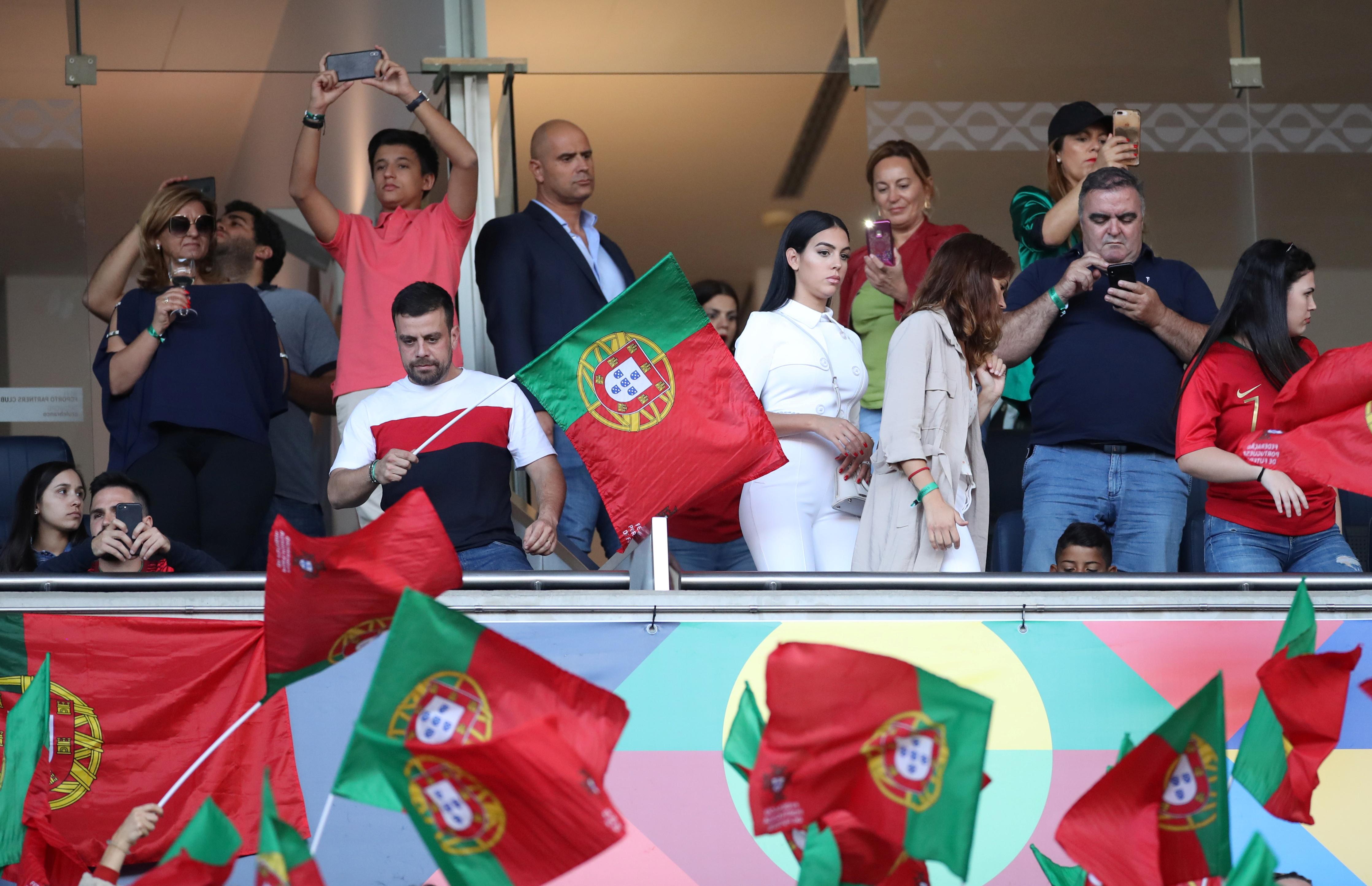 عائلة رونالدو تدعمه من المدرجات (1)