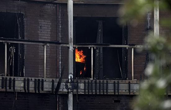 النيران داخل البناية
