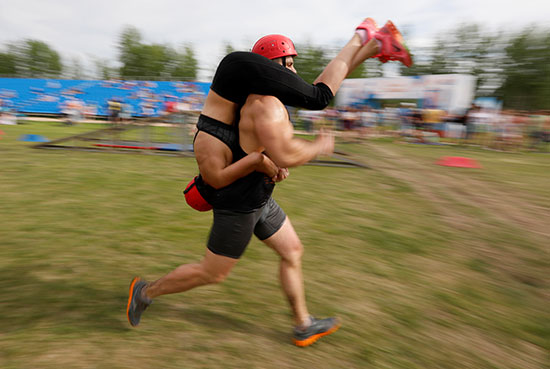 رجل يجرى زوجته أثناء المسابقة