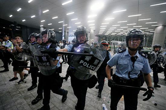 شرطة هونج كونج تتصدى للمتظاهرين