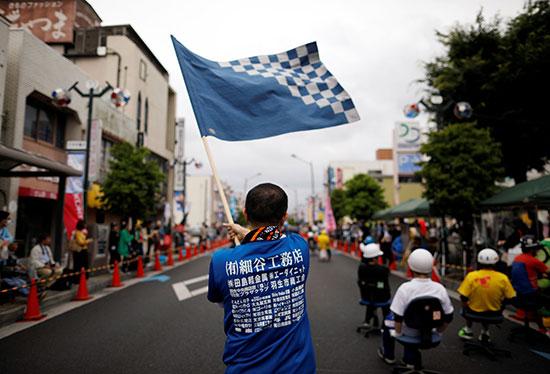 جانب من  سباق كراسى المكاتب باليابان