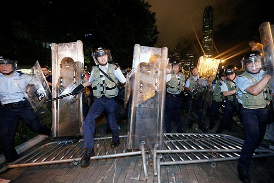 شرطة هونج كونج تتصدى للمحتجين