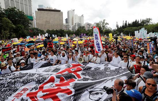 لافتات مناهضة لقانون جديد بين هونج كونج والصين