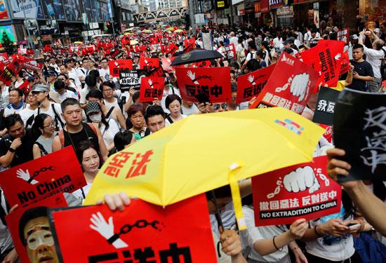 لافتات لا للصين فى أيدى المتظاهرين بهونج كونج