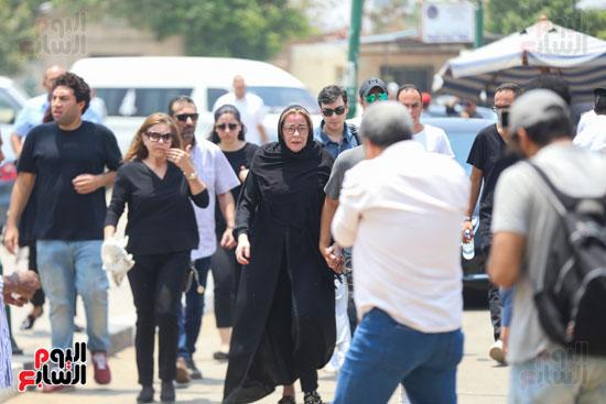 الحزن-يخيم-على-المشاركون-فى-تشييع-جنازة-عزت-ابو-عوف